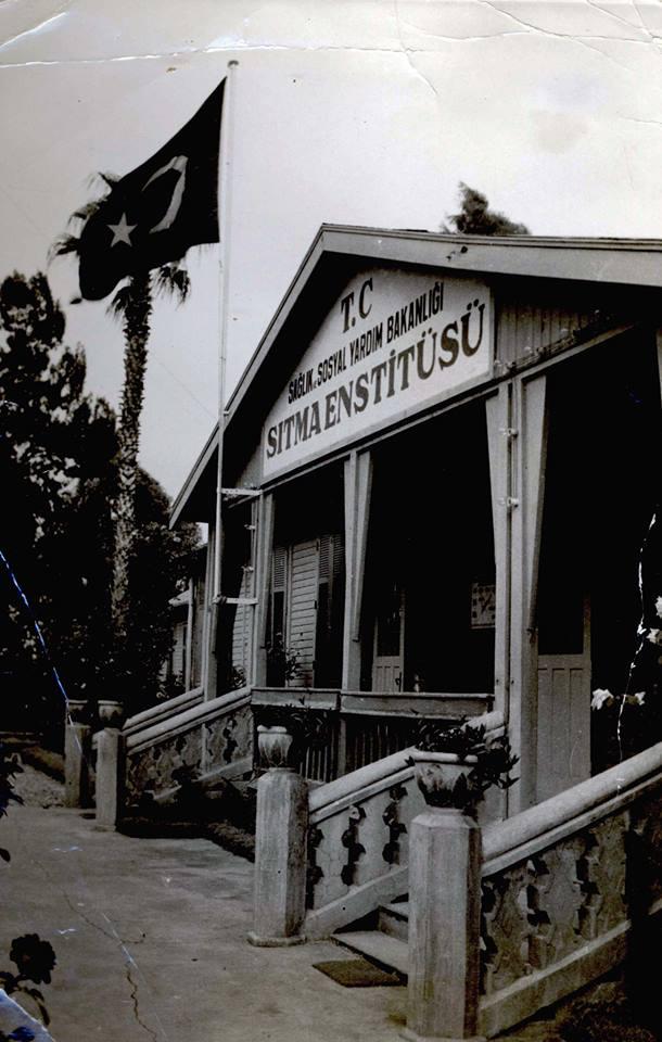 Sıtma Savaş Enstitüsü'nün ahşap binası (5 Ocak Stadyumu karşısı, Vali Yolu) daha sonraları Çukurova Tıp Fakültesi Dekanlığı olarak kullanıldı. Maalesef geçen sene bu tarihi bina yıkılıp, yerine acayip bir şey yapıldı.