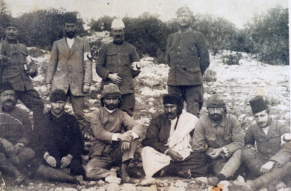 Trablugarp'ta İtalyan işgaline karşı verilen mücadelenin önderiydi... Savaş sırasında sıhiyeci arkadaşlarıyla birlikte... (1912)